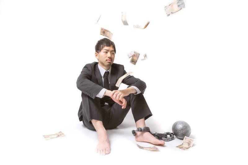 お金と考える男性