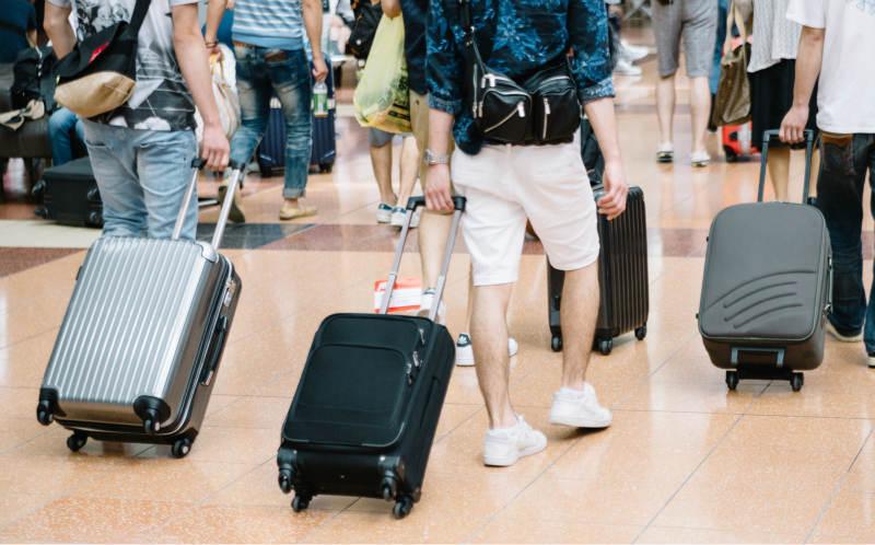 キャリーバッグを引く旅人