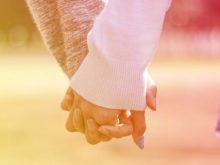 手をつなぐカップル