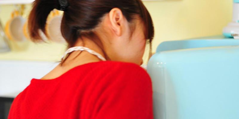 冷蔵庫を整理する女性